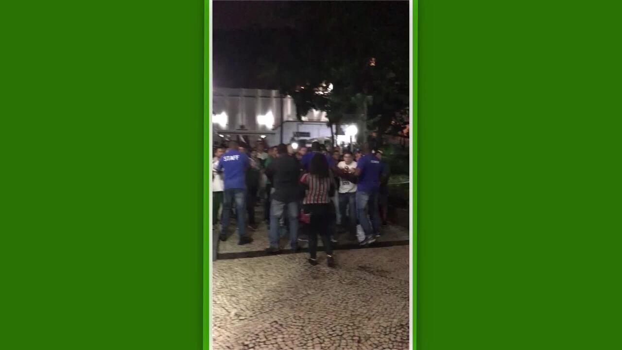 Torcedores protestam em reunião do Conselho Deliberativo do Fluminense