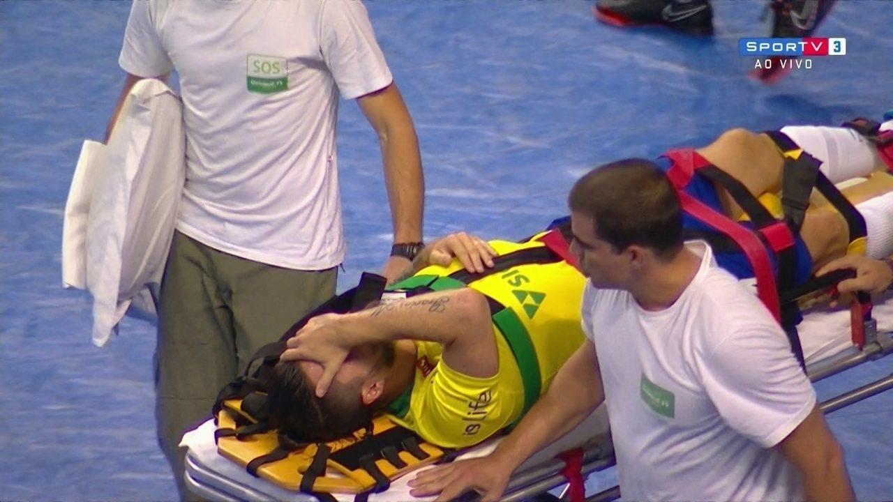 Jackson Samurai faz segundo gol do Brasil, mas se lesiona e é retirado de maca da quadra
