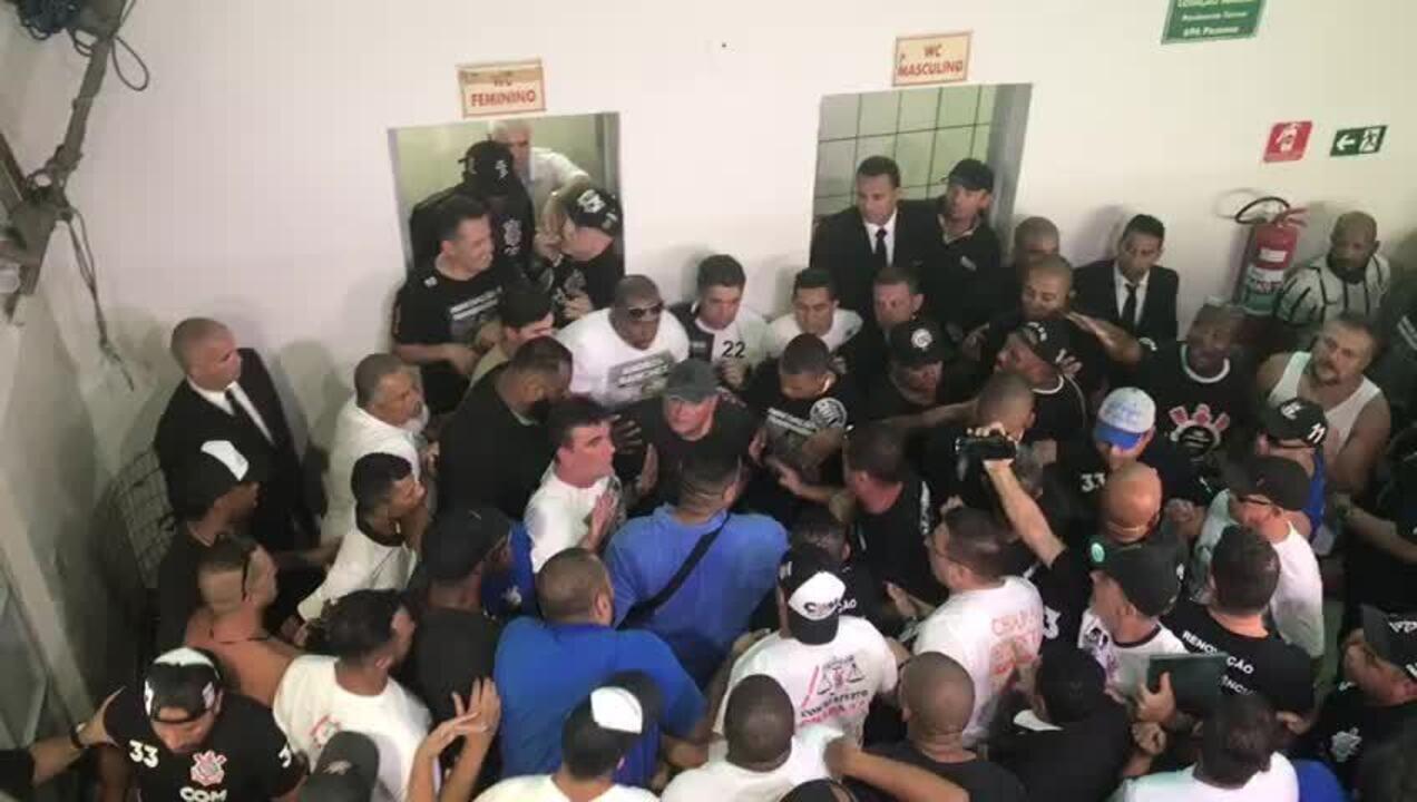 Andrés Sanchez é acuado no banheiro feminino em meio a tentativas de agressão