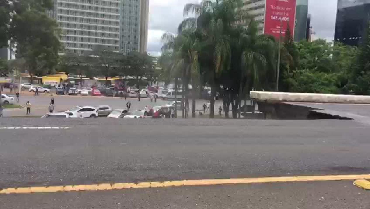 Carros passam por Eixão, em Brasília, após viaduto desabar próximo à Galeria dos Estados