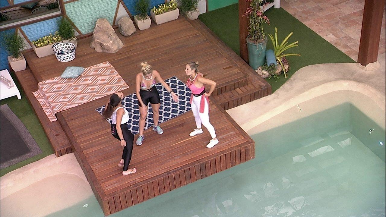 Jaqueline, Jéssica e Paula dançam sertanejo na área