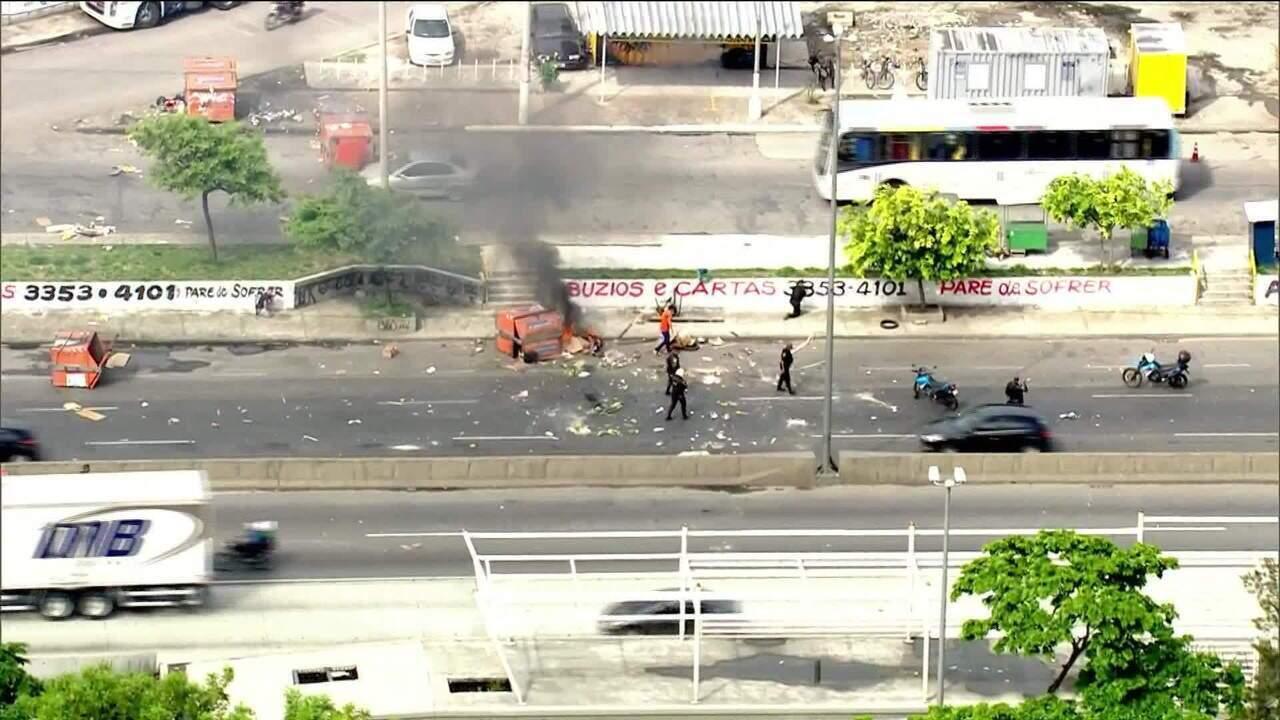 Confronto entre policiais e traficantes fecha 3 vias principais no Rio de Janeiro