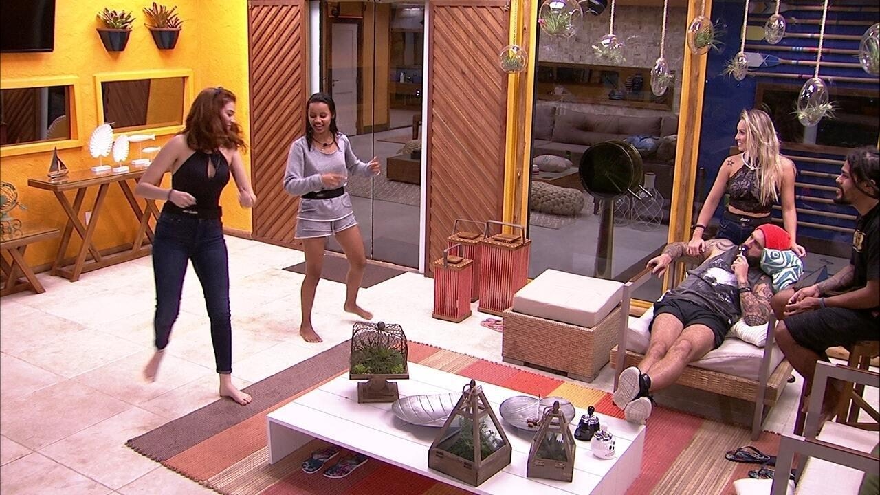 Ana Clara faz dança em homenagem a Gleici na varanda