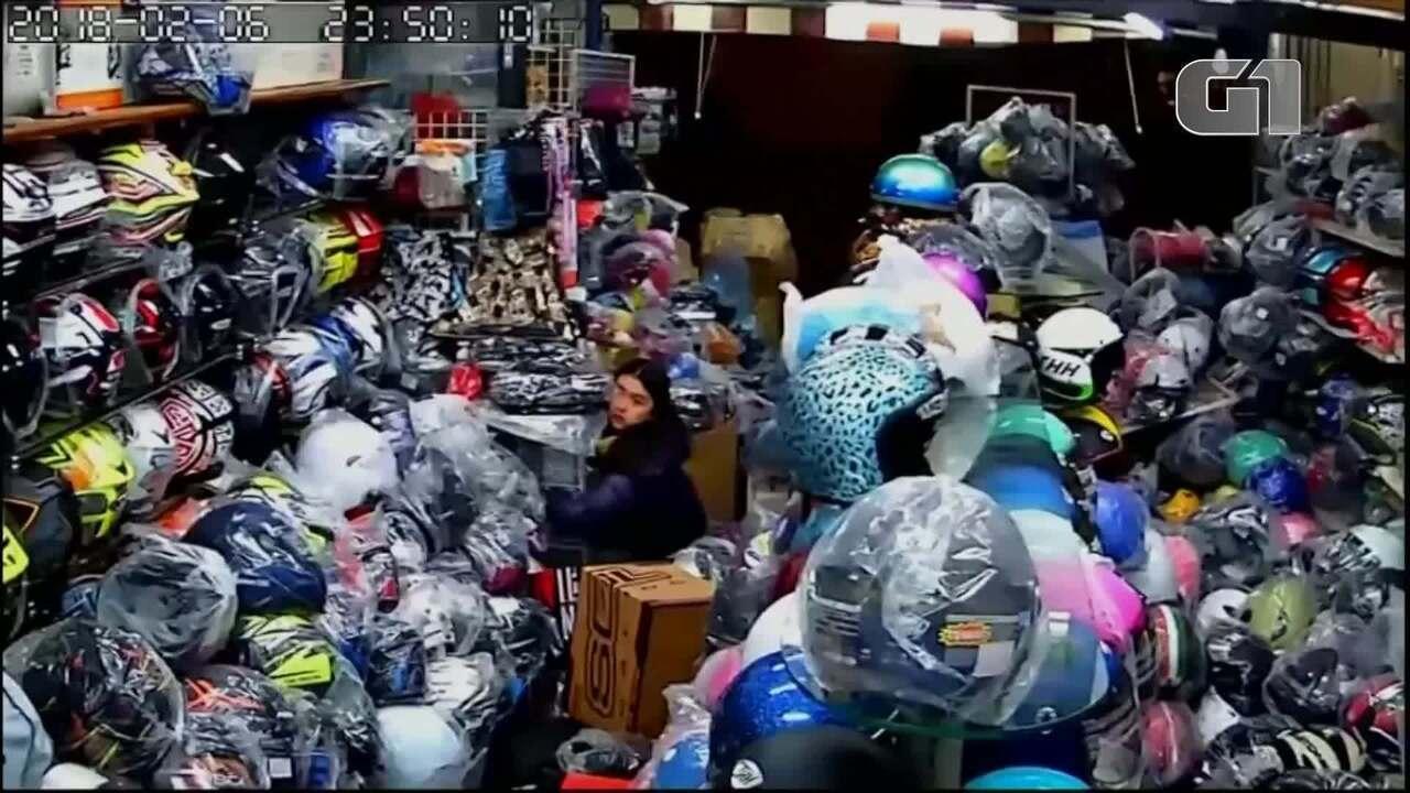 Câmera de segurança mostra interior de loja durante terremoto em Taiwan