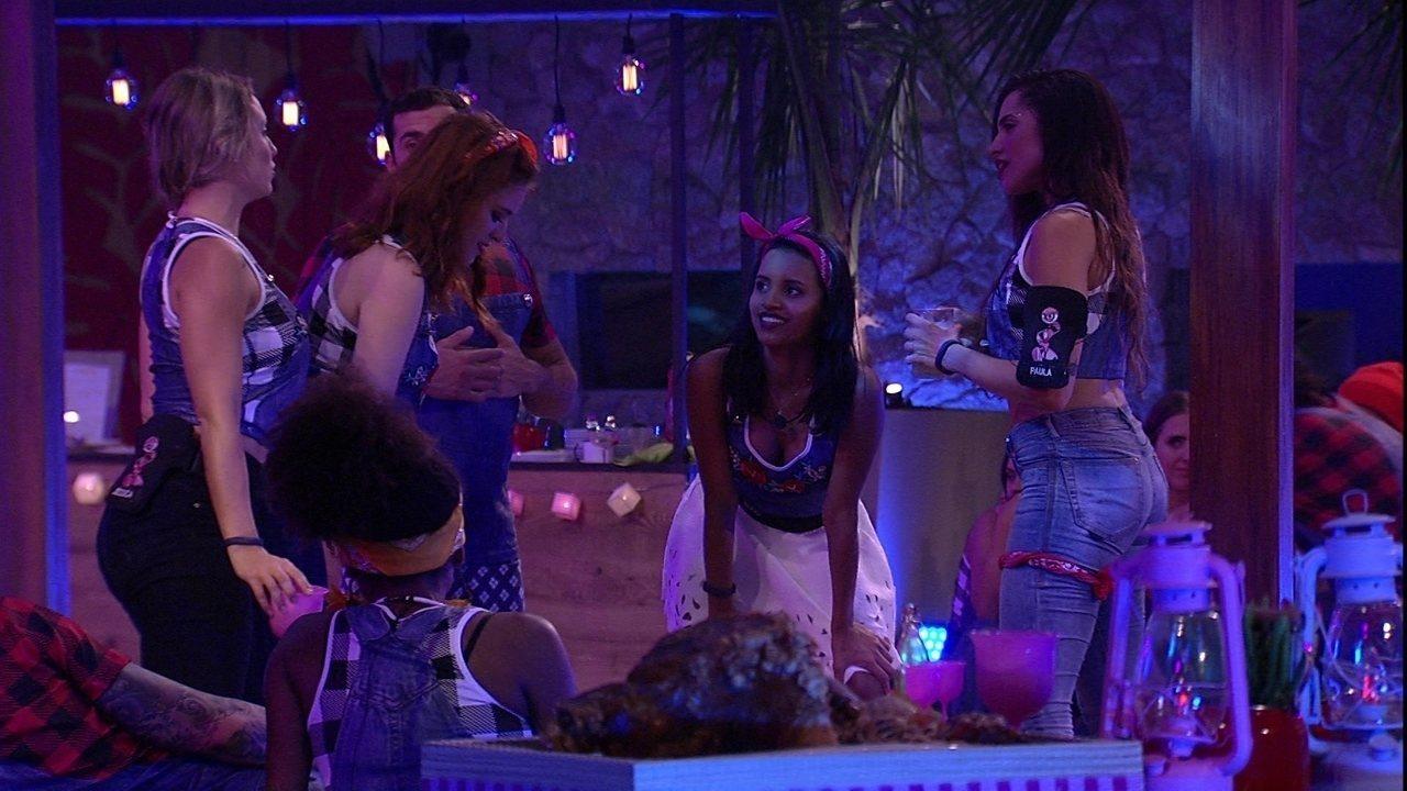 Sisters se empolgam na pista com música de Anitta