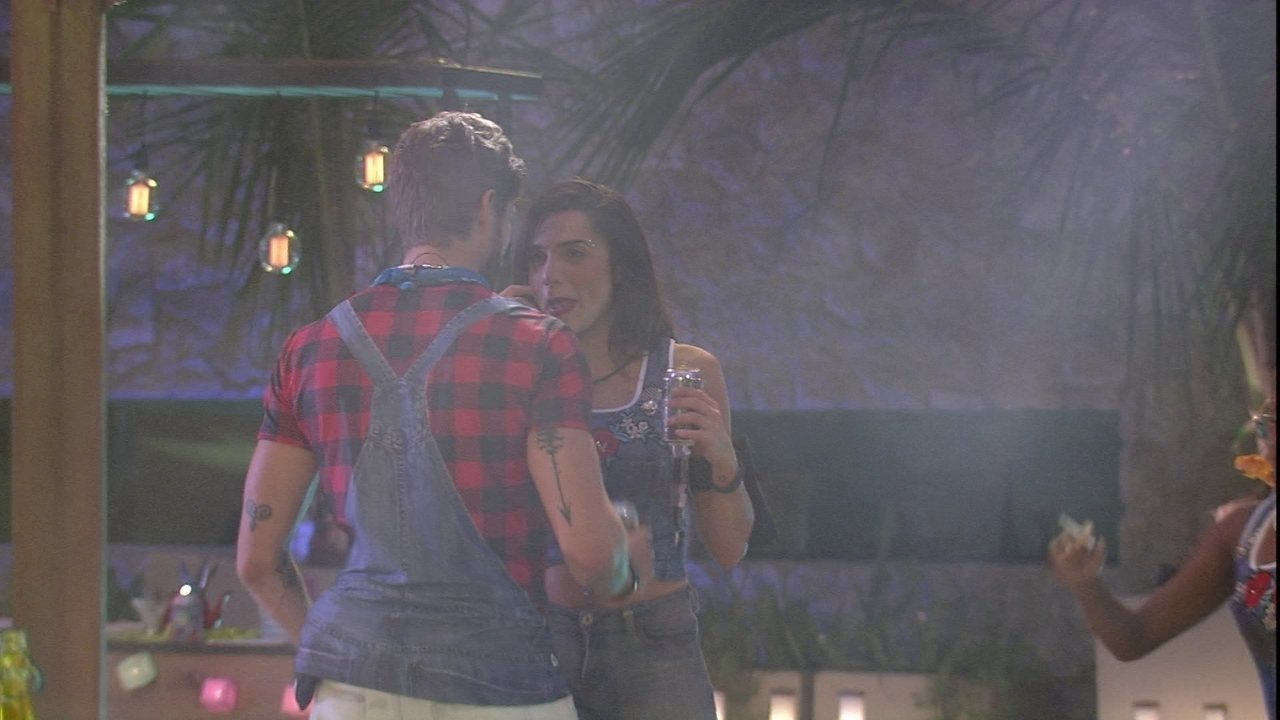 Paula pergunta o que Breno quer e ele responde: 'Você'