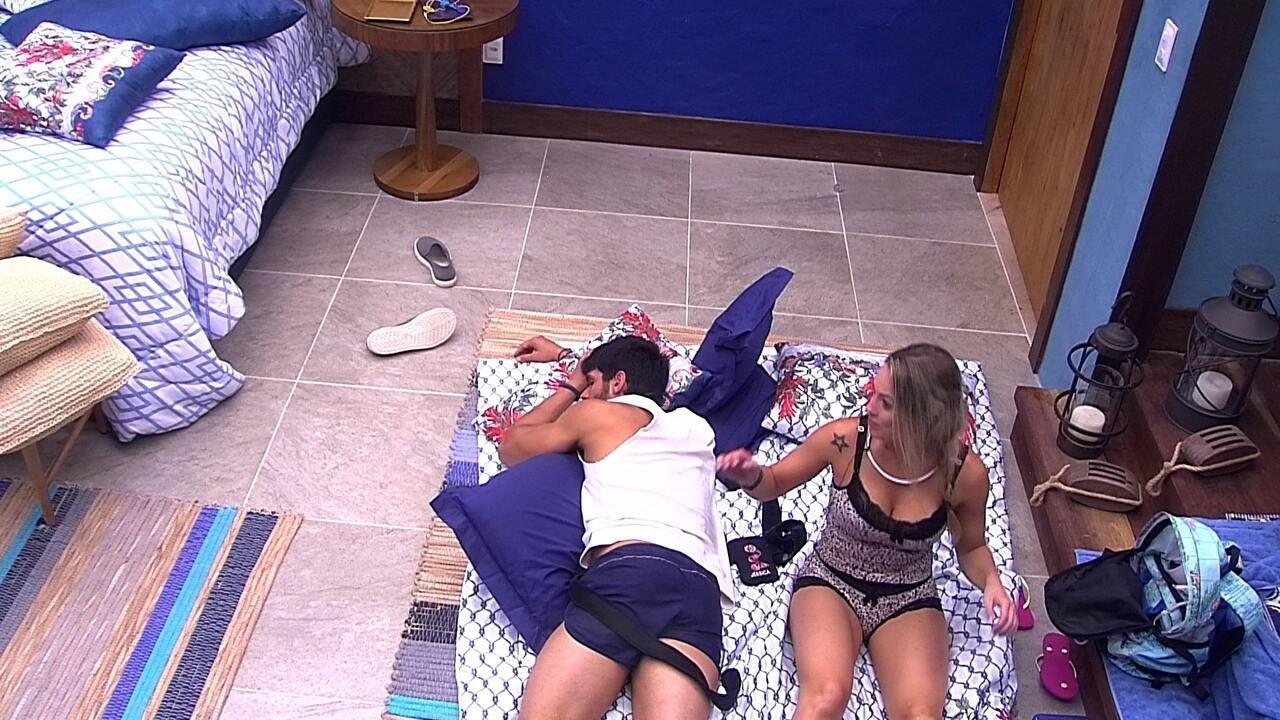 Jéssica deita no chão ao lado de Lucas e faz carinho no brother