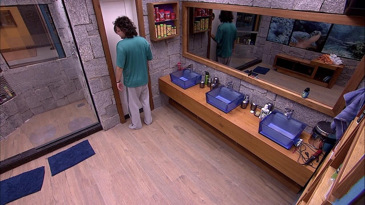 Diego levanta para ir ao banheiro