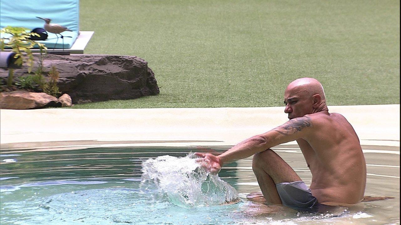 Ayrton curte piscina sozinho