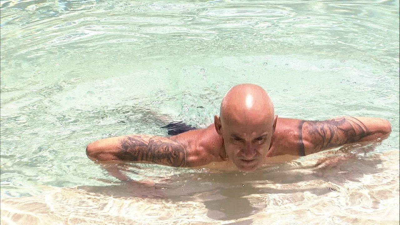 Ayrton faz flexões na piscina