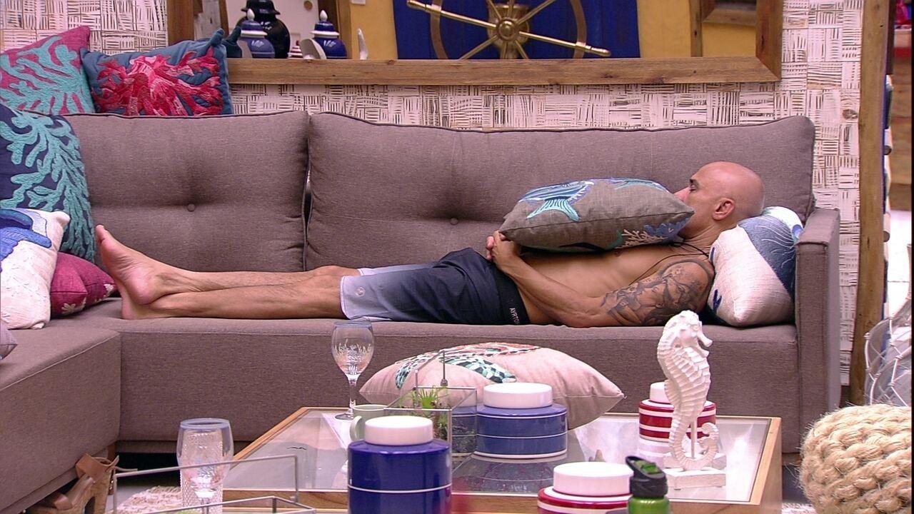 Ayrton cochila no sofá