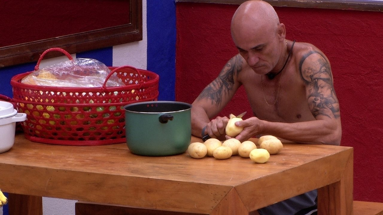 Ayrton fica separado dos brothers e descasca batatas na cozinha