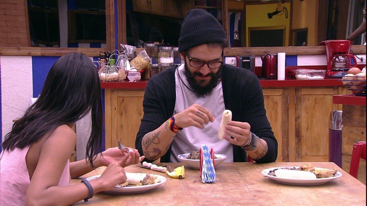 Gleici e Wagner comem juntos na mesa