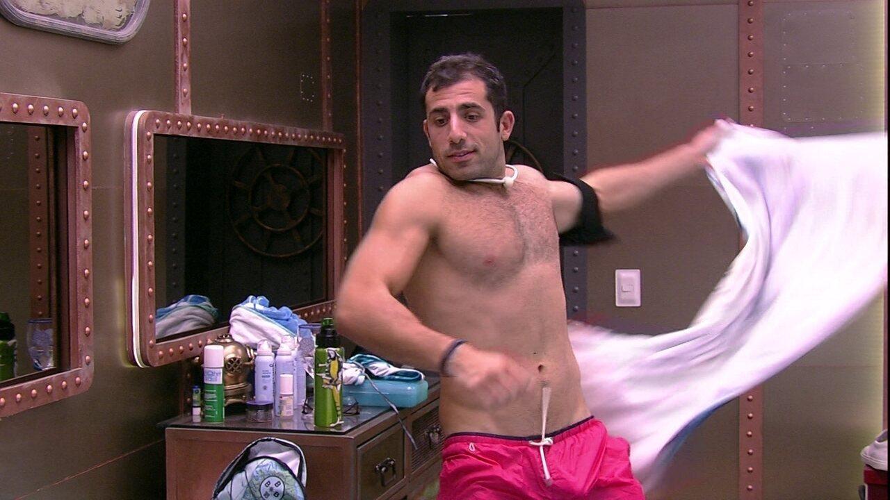Kaysar sensualiza para Ana Paula ao retirar toalha do corpo