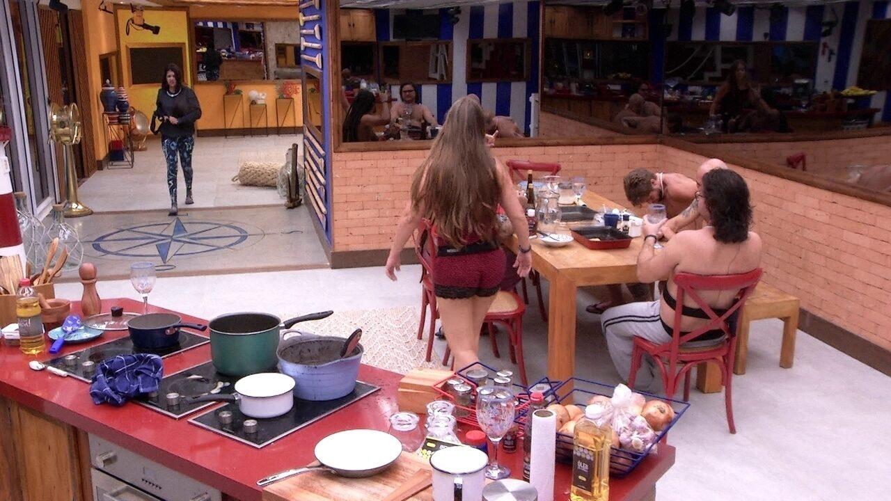 Ana Paula e Patrícia vibram e abraçam Diego