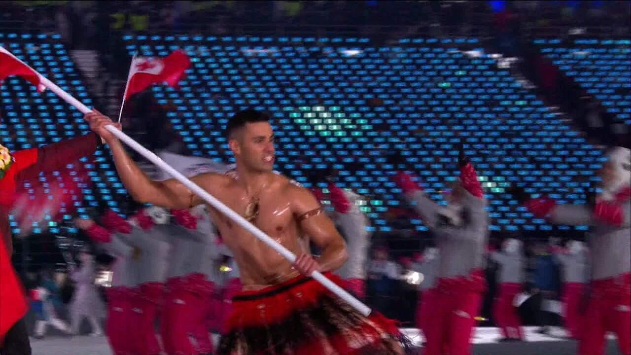 Atleta de Tonga faz desfile sem camisa, agora com -10ºC