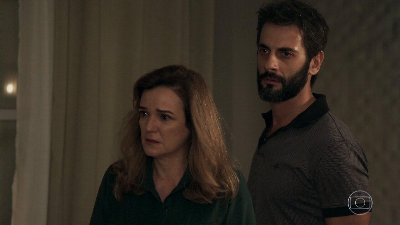 Reveja a cena em que Laura (Bella Piero) denuncia o padrasto por abusos