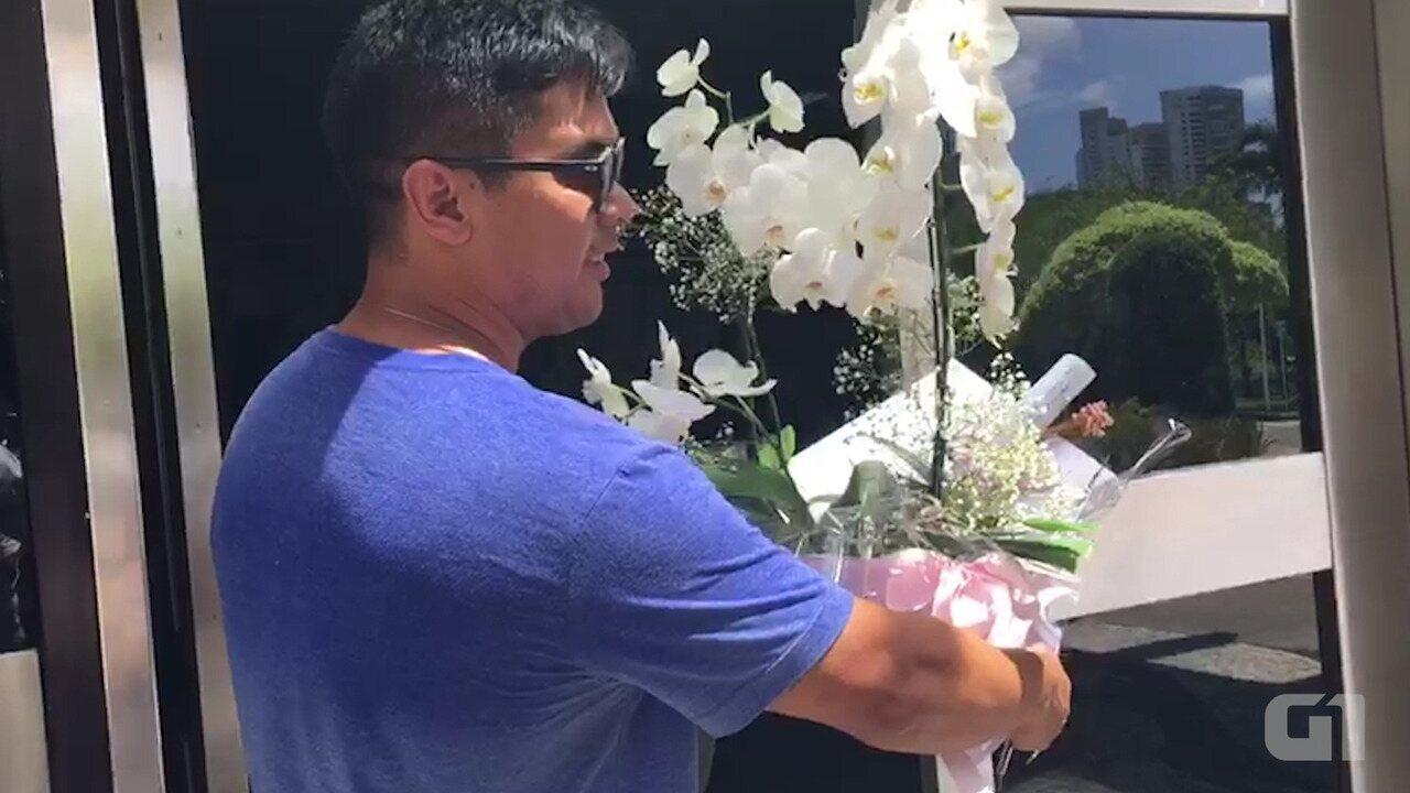 Luciano Huck e Anglica mandam flores para Ivete