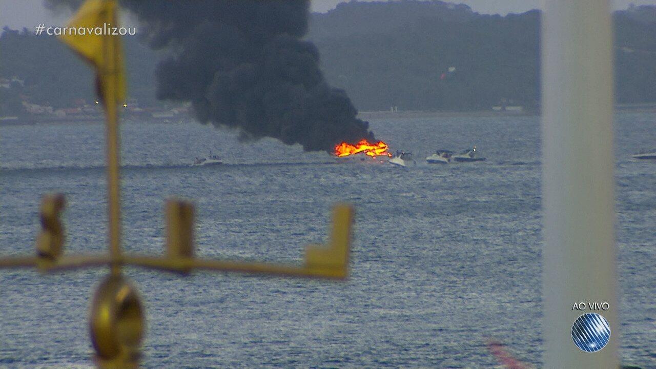 Lancha pega fogo no mar de Salvador