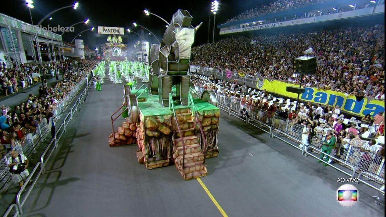 Comissão de frente da X-9 Paulistana faz uma brincadeira com o presente de grego