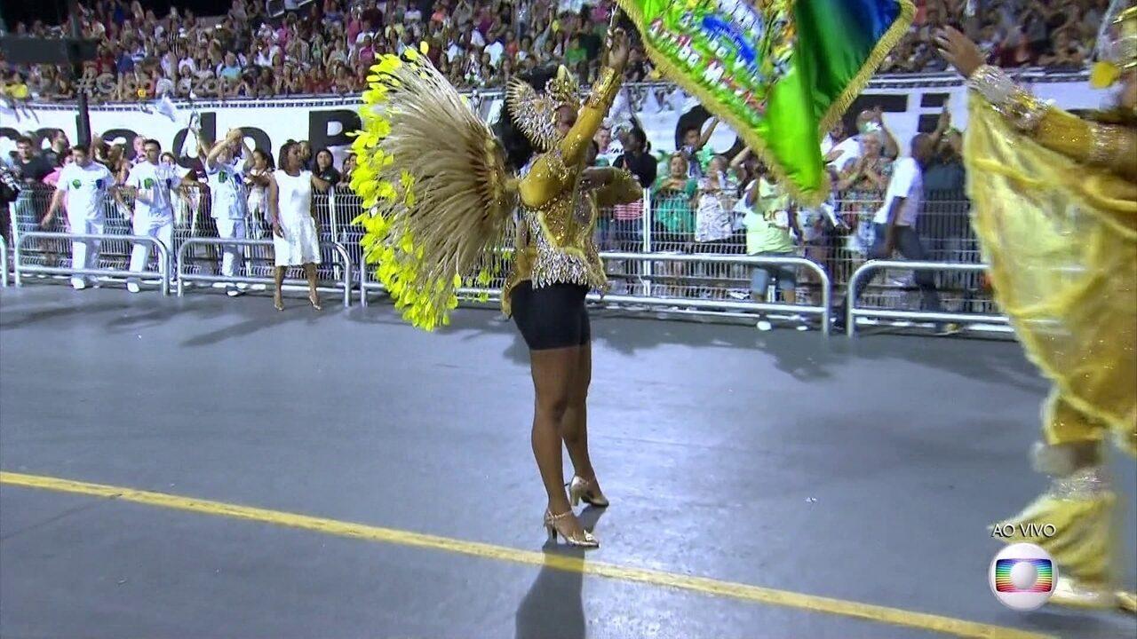 Saia da primeira porta-bandeira da Unidos de Vila Maria cai no meio do desfile