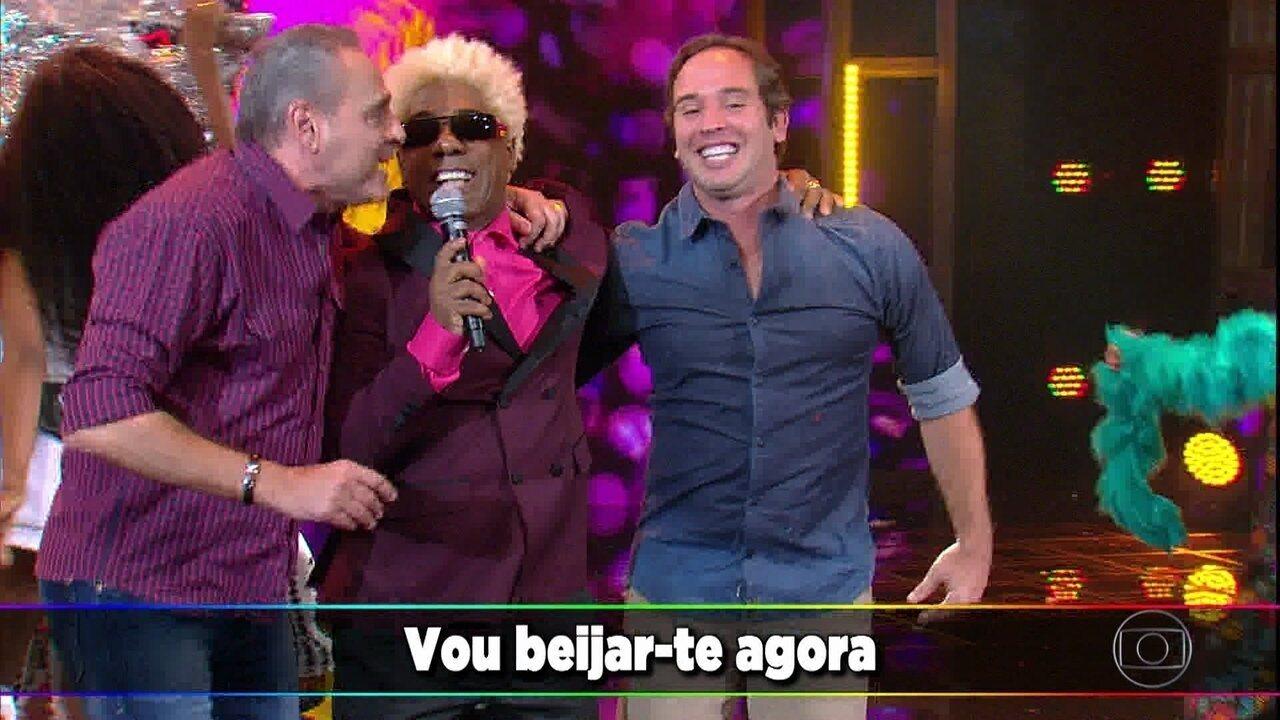 Ivo Meirelles canta 'Máscara Negra' com a ajuda de Luís Roberto e Caio Ribeiro