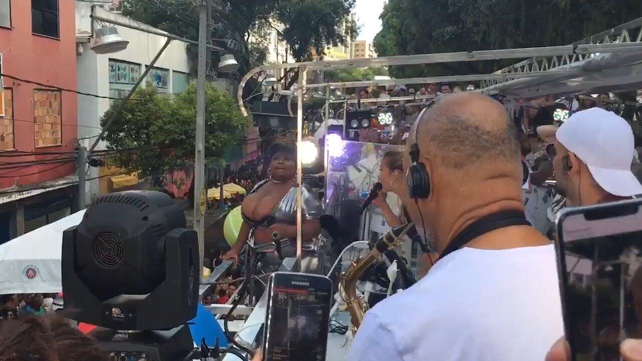 Claudia Leitte e Jojo Todynho fazem disputa de seios durante desfile no circuito Osmar
