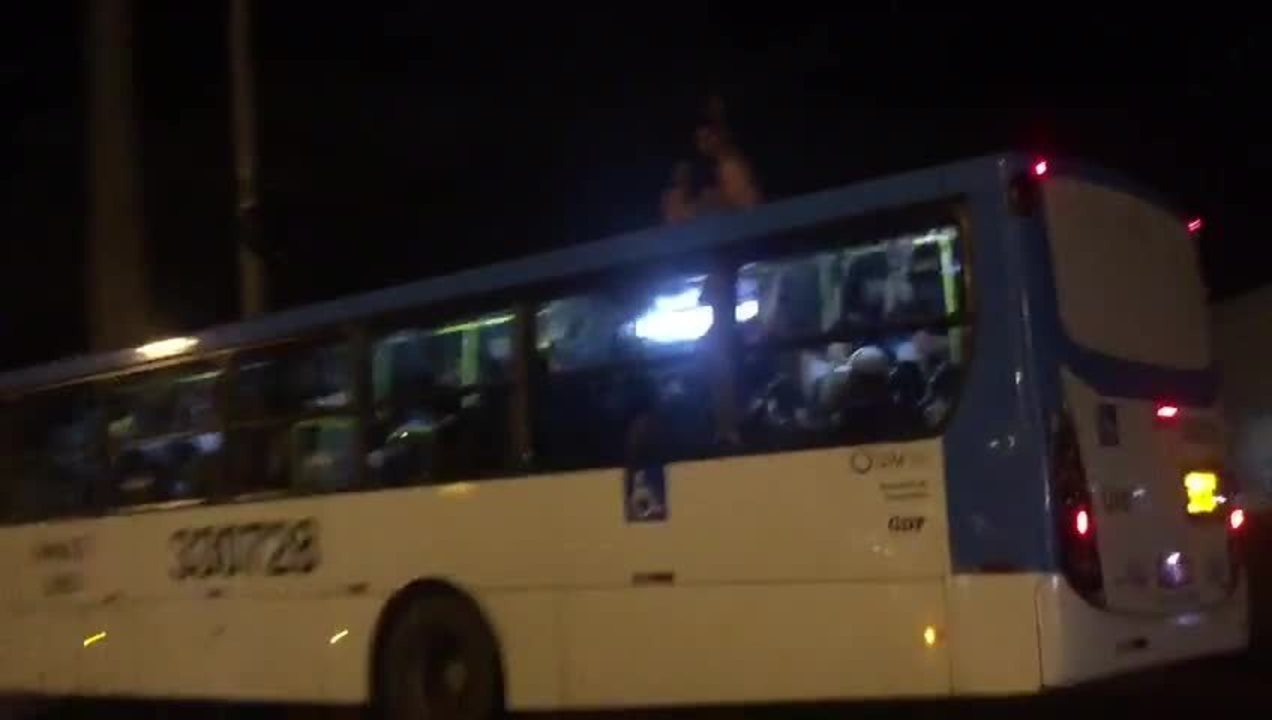 Dupla pega 'carona' em cima da lataria de ônibus no DF