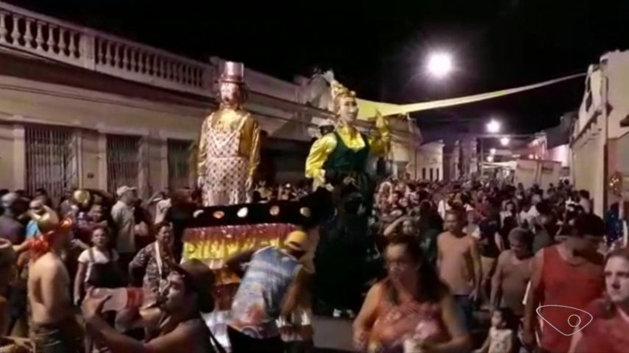 Bonecos gigantes são a atração do carnaval de Santa Leopoldina, ES