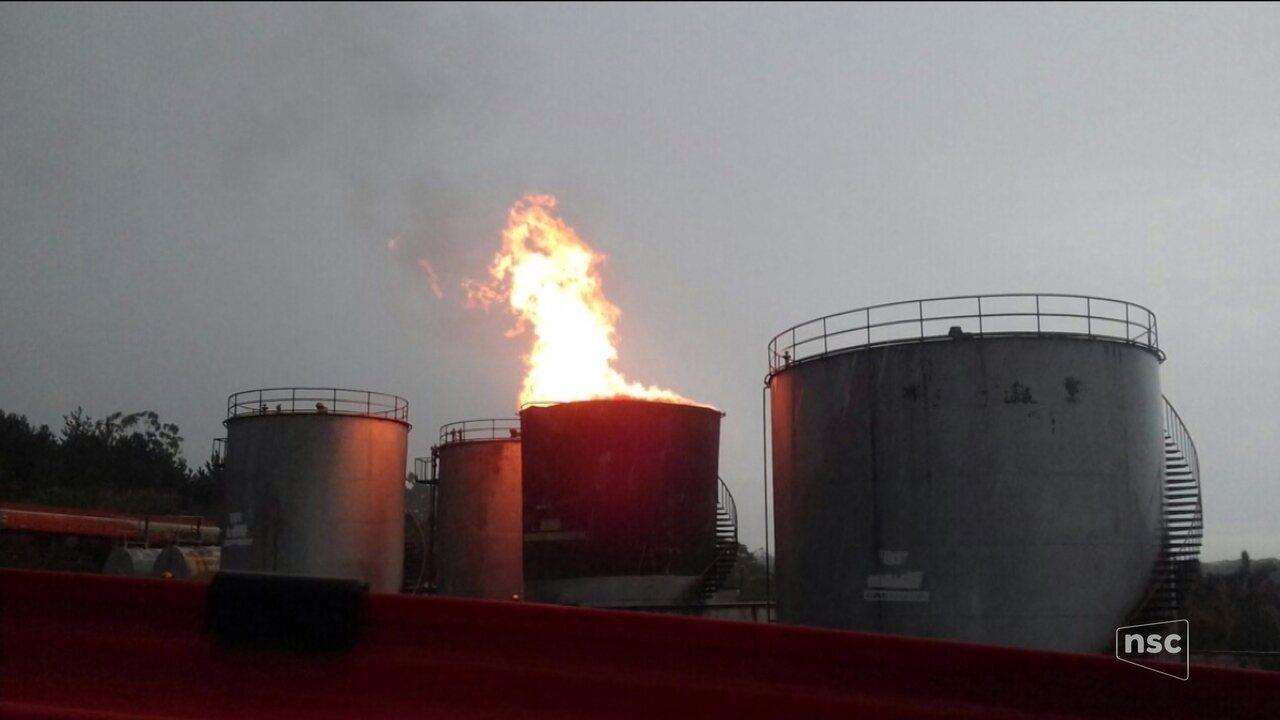 Incêndio atinge refinaria de combustível em Balneário Piçarras