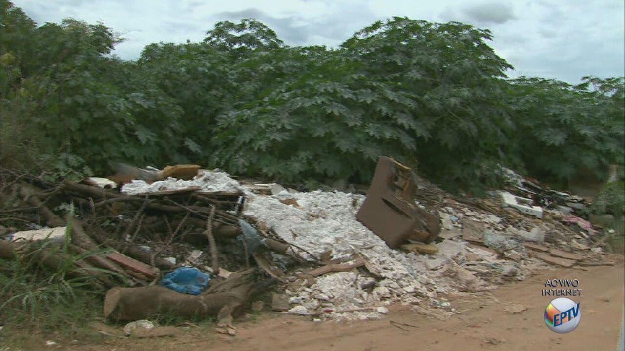 Moradores reclamam de descarte irregular de gesso em estrada de São Carlos