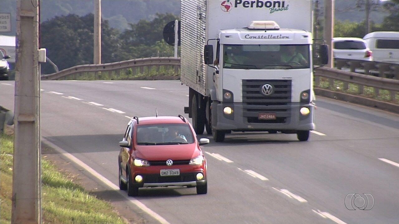 Motorista trafega 300 metros de marcha à ré na contramão na BR-153, em Goiânia; veja vídeo