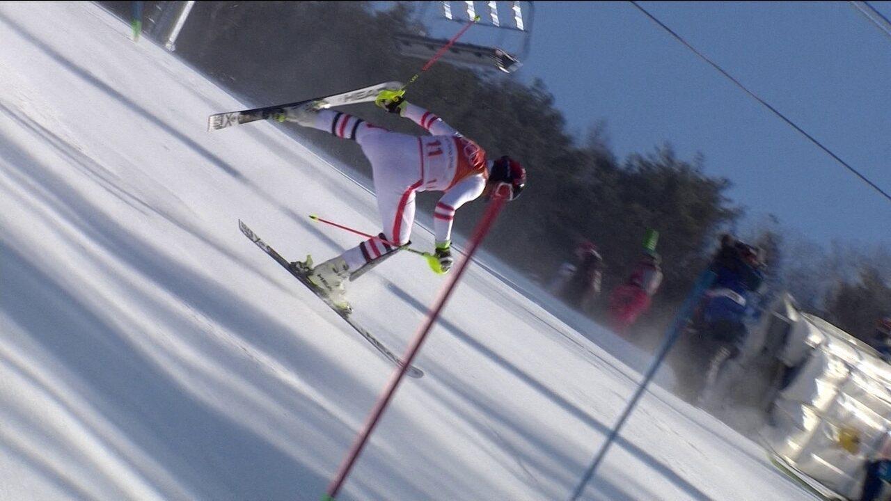 Esquiador leva tombo e derruba até o câmera que filmava a prova, em PyeongChang