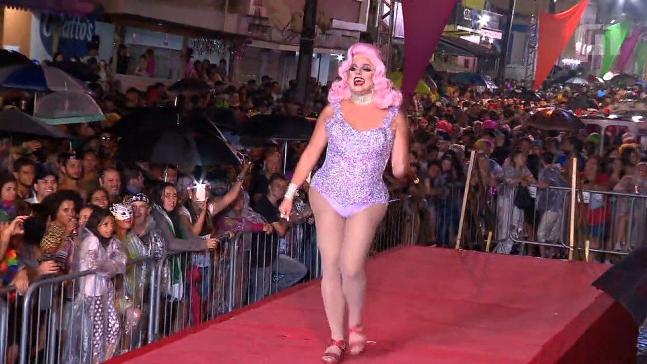 'Escandalosas' agitam carnaval de Antonina em noite chuvosa