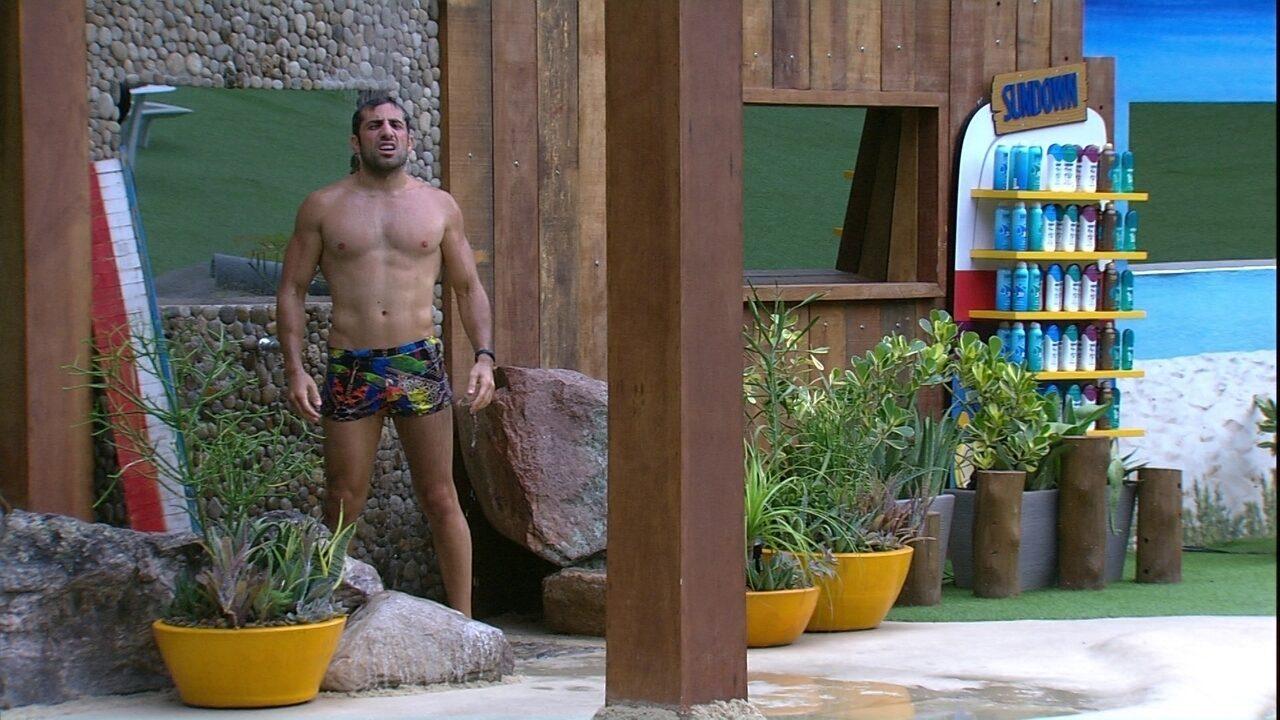 Kaysar reveza entre piscina e chuveiro