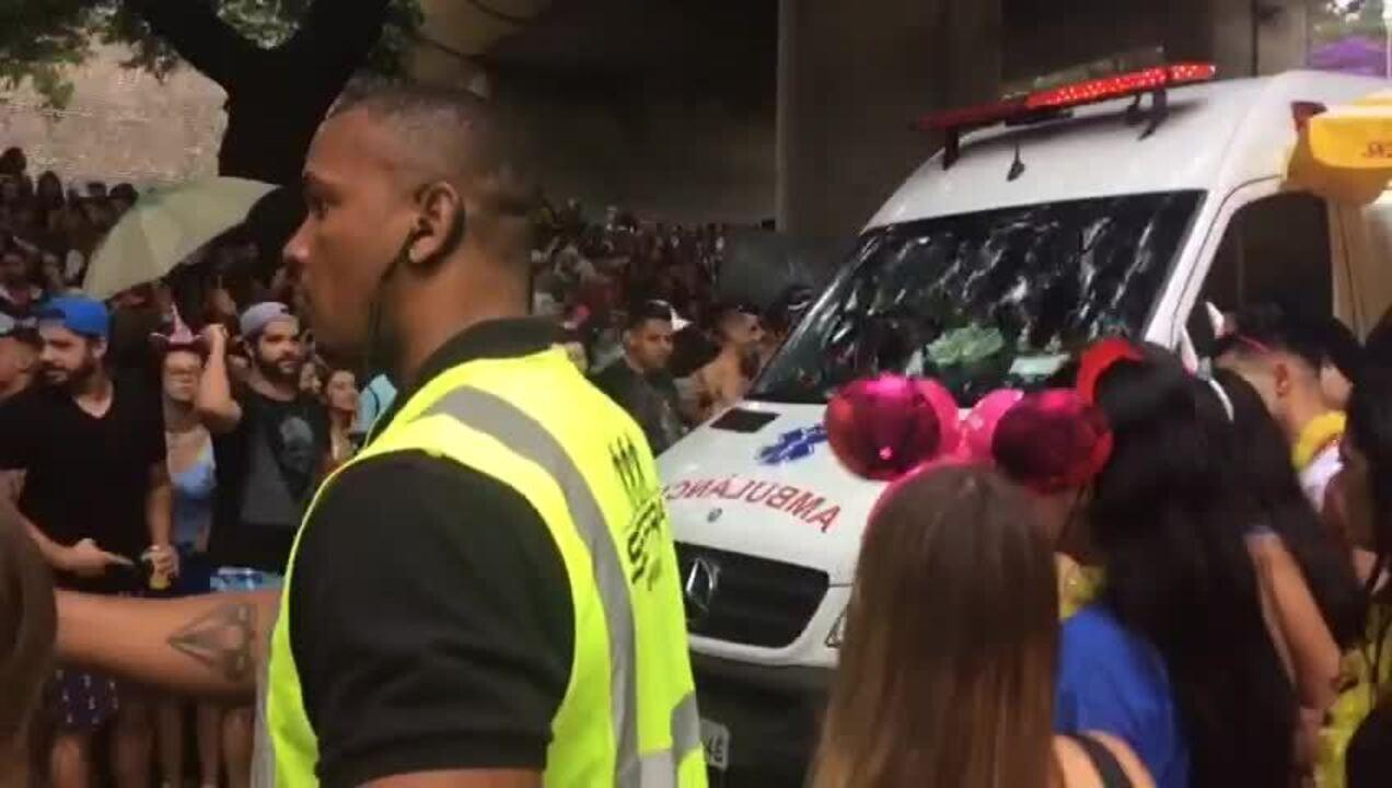 Ambulância passa em meio a foliões na 23 de Maio durante bloco
