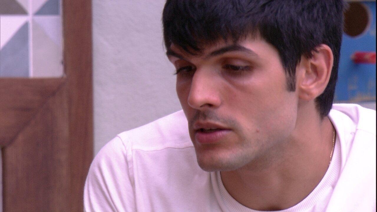 Lucas explica para Breno que Diego está chateado: 'Eu dei o voto dele'