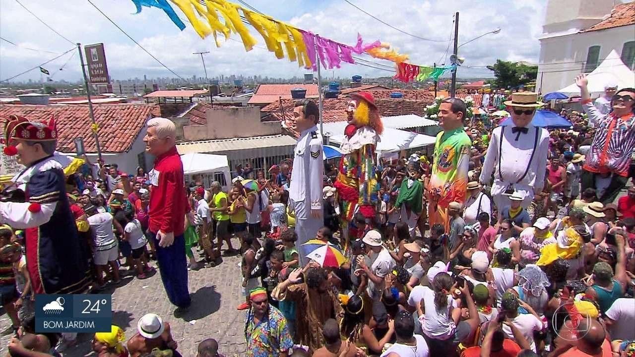 Encontro de bonecos gigantes encanta foliões nas ladeiras de Olinda