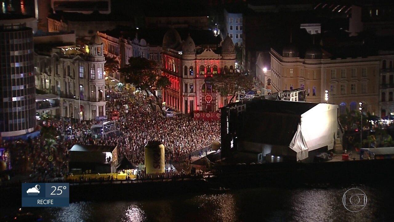Foliões lotam o Bairro do Recife na última noite do carnaval