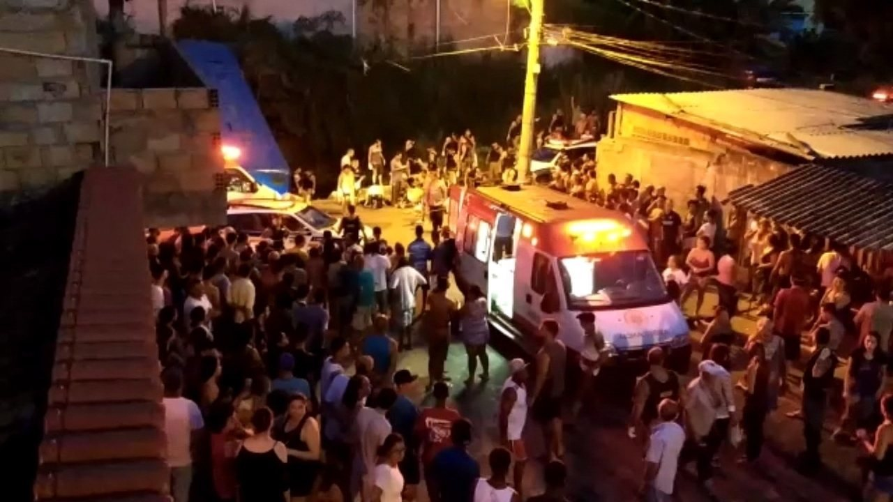 Ambulâncias atendem feridos em acidente envolvendo ônibus na Região do Barreiro, em BH