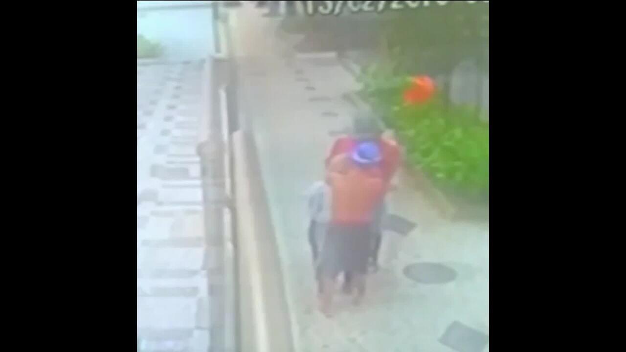 Câmera de segurança flagra idosa de 80 anos sendo assaltada no Rio