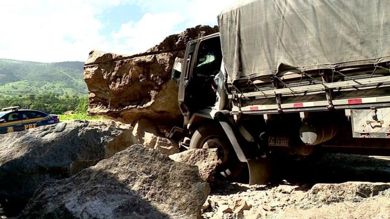 Caminhão bate nas pedras que rolaram na BR-259 em Colatina, ES