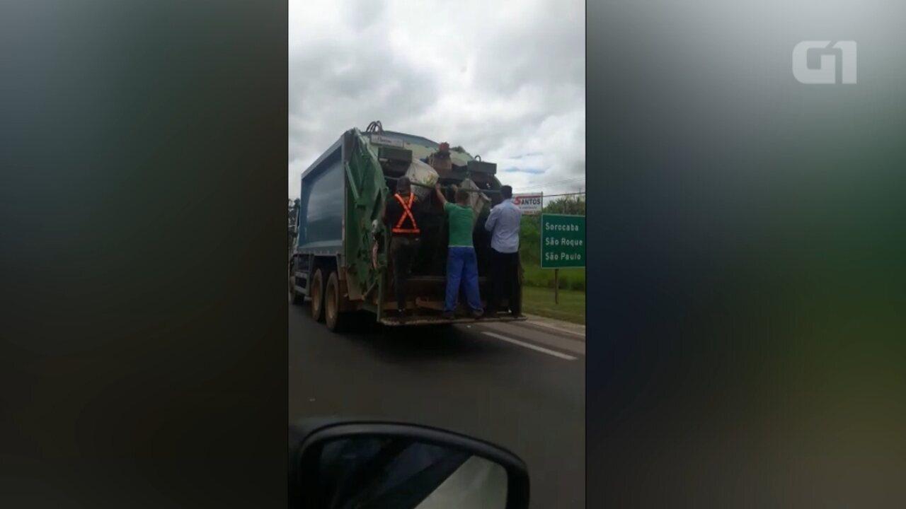 Homens são flagrados 'pendurados' em caminhão de coleta de lixo em rodovia de Araçoaiaba da Serra (SP)