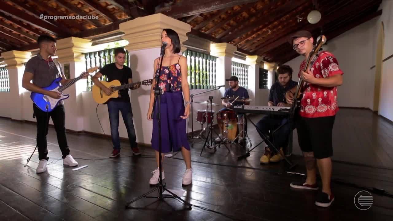 Aline Conrado canta sucessos da MPB e comenta experiência no The Voice Kids