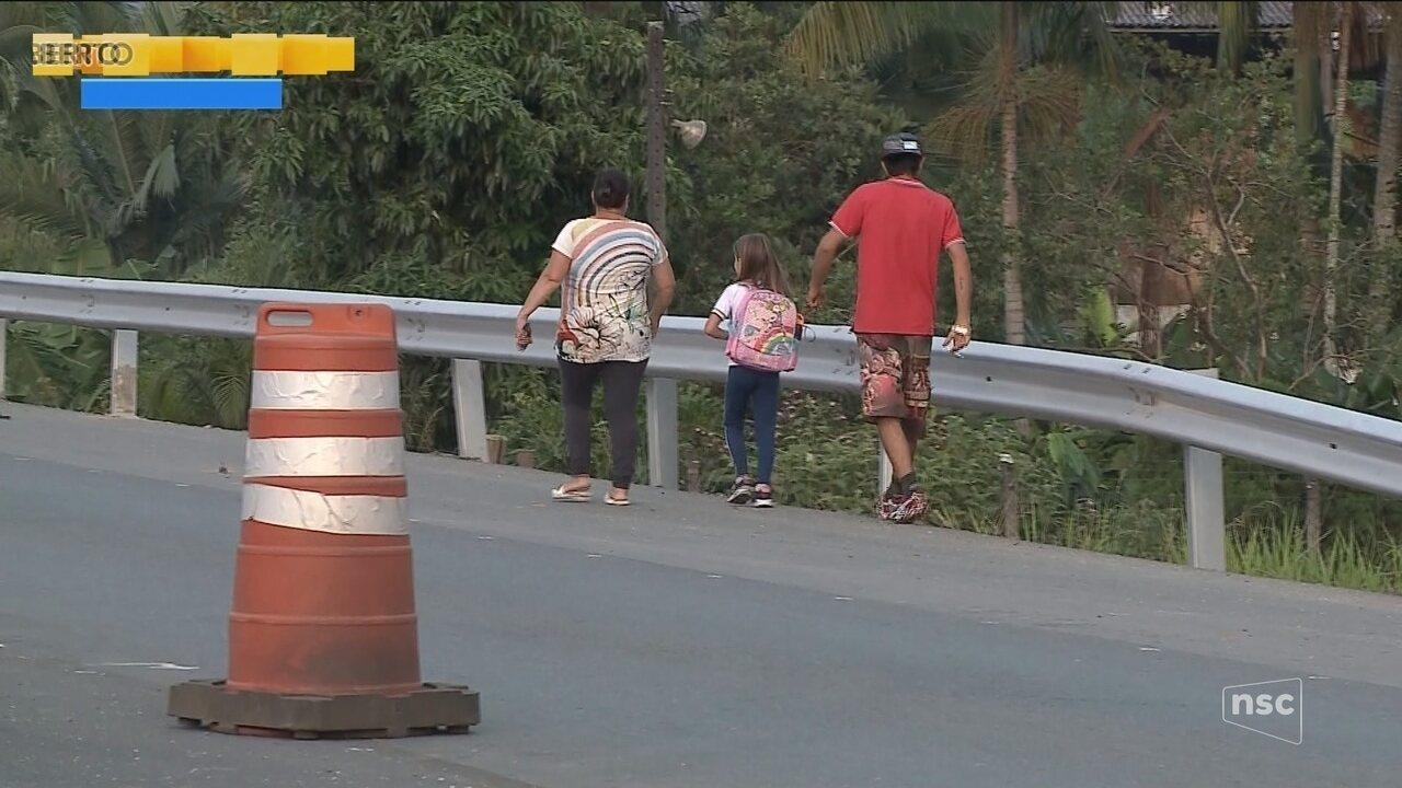 Falta de passarela compromete segurança de pedestres na Rodovia Antônio Heil