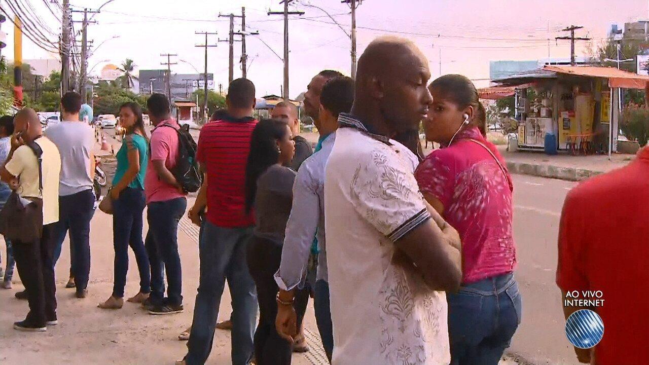 Candidatos a vagas de empregos encaram fila na frente do SineBahia, em Salvador