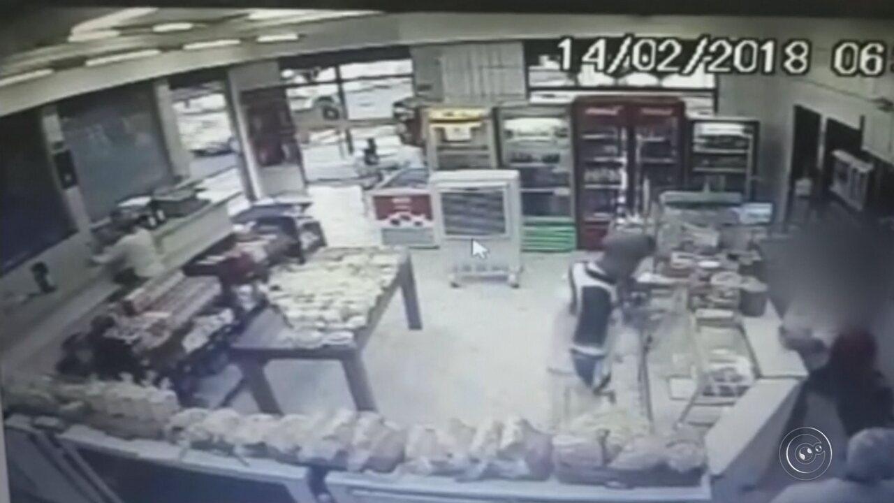 Câmera flagra ação de criminoso que assaltou padaria em Marília