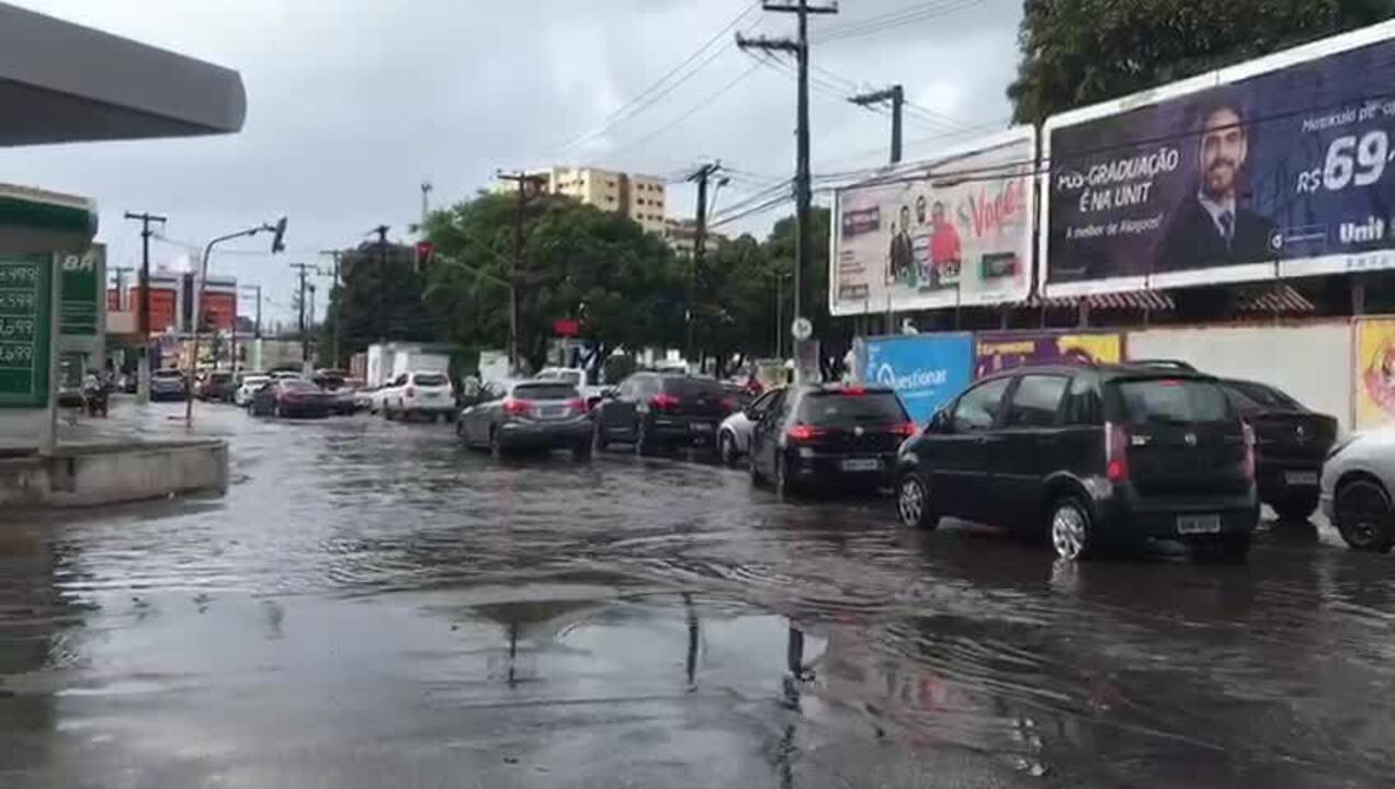 Trecho do cruzamento da Rua Deputado José Lages e da Soldado Eduardo Silva ficou alagado