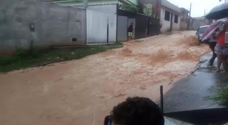 Rua do bairro Siderlândia fica completamente alagada durante chuva em Barra Mansa