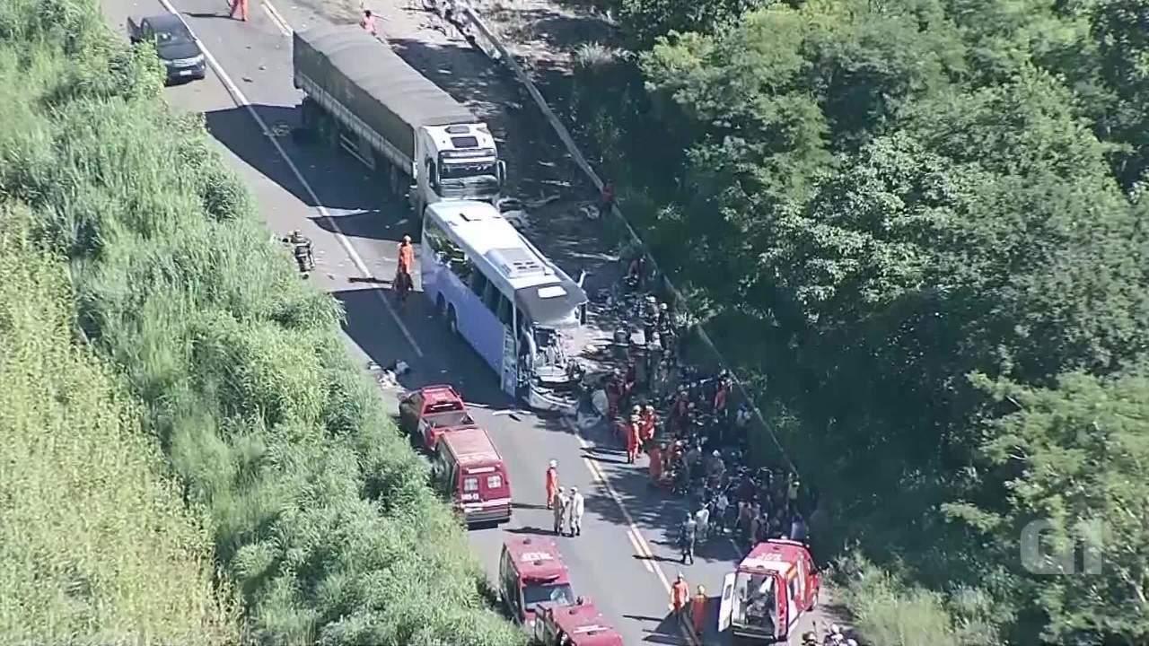Globocop de Brasília sobrevoa acidente na BR-020 entre carreta e ônibus, no Entorno do DF
